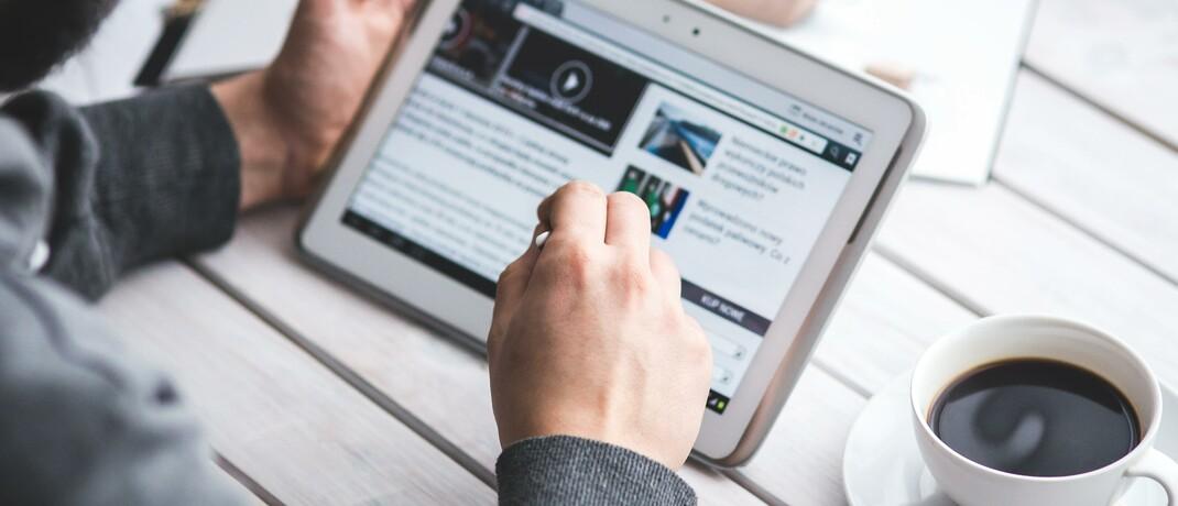 Mann am Tablet: Neue Leben bietet ein Altersvorsorgeprodukt an, das komplett online abgeschlossen werden kann.|© Pexels