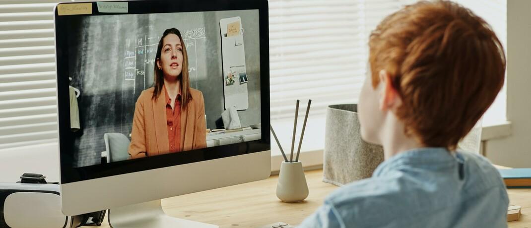 Zwei Frauen halten eine Video-Konferenz ab: Fast jeder zweite Erwerbstätige setzt heute mehr digitale Technik bei seiner Arbeit ein als vor der Corona-Krise.|© Pexels
