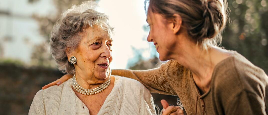 Junge Frau hilft Seniorin: Die Pflegeversicherung sollte keine weiteren Eigenanteile übernehmen, fordert der PKV-Verband.|© Pexels