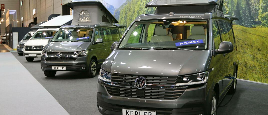 Ausgebaute VW-Busse auf der Messe für Reisemobile und Caravans in Düsseldorf: Viele Dax-Unternehmen, darunter auch die Autohersteller, arbeiten in gesättigten Märkten.|© imago images / Sebastian Geisler