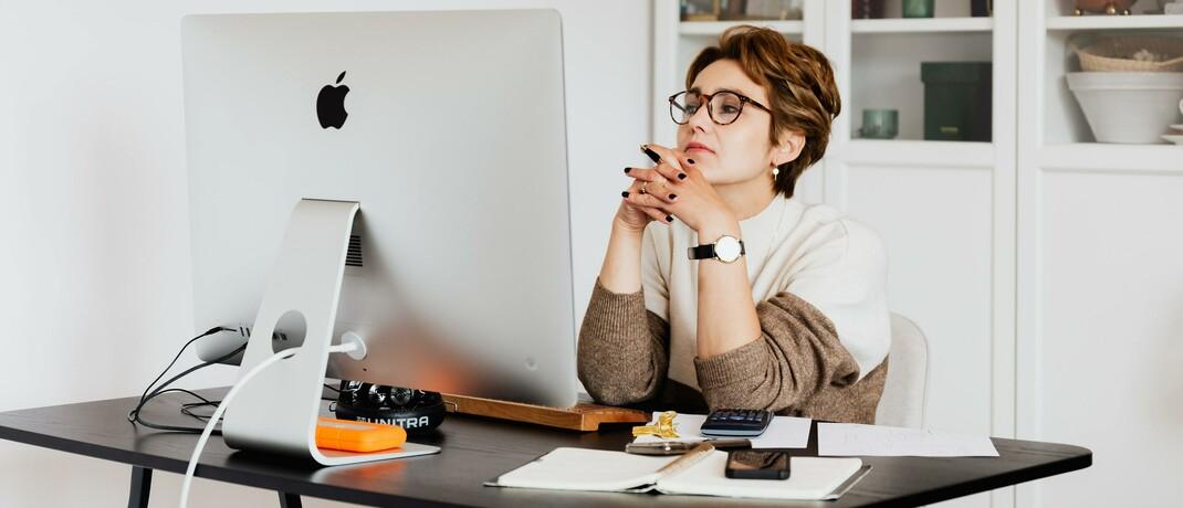 Büroszene: Vermittler sollen ihr berufliches Wissen stets auf dem neusten Stand halten. In welchem Umfang sich Finanz- und Versicherungsprofis gesetzlich weiterbilden müssen, hängt von der Art ihrer Zulassung ab.