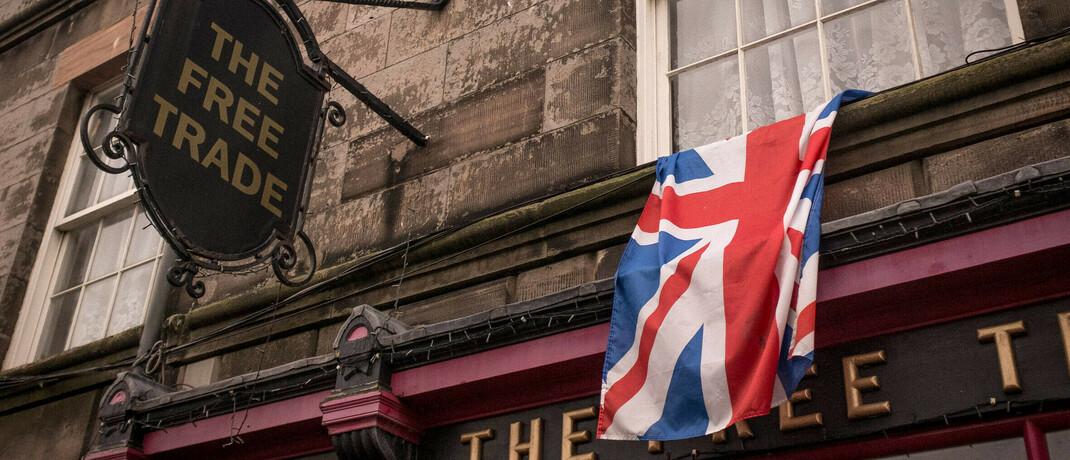 Pub in Großbritannien: Der Brexit bestimmt wieder die Schlagzeilen|© imago images / Hans Lucas