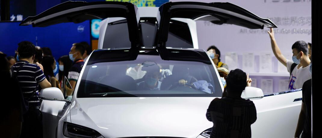 Türen hoch, Aktienkurs runter: Tesla-Modell auf einer Messe in Peking.|© imago images / Xinhua / Li Muzi