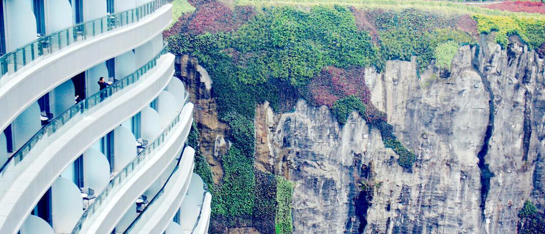 Chinesisches Luxushotel bei Shanghai, errichtet an der Felswand eines ehemaligen Bergwerks: Seit dem Ausbruch von Covid-19 fließt ein Teil der 260 Milliarden US-Dollar, die Chinesen für Auslandsreisen ausgeben, in den inländischen Tourismus.|© imago images / ZUMA Press