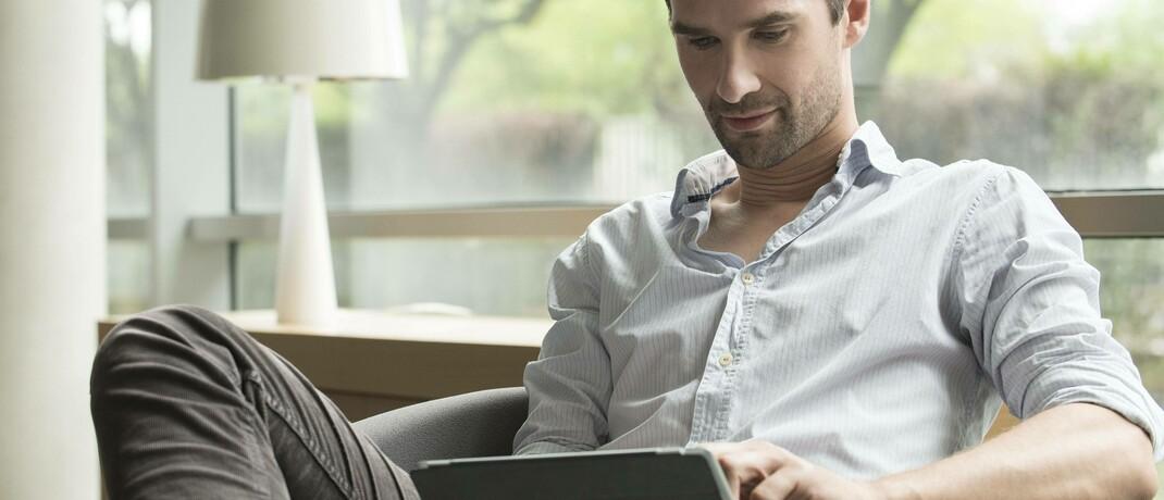 Mann mit Tablet: Als meistgenutzte Social Media-Kanäle nannten Teilnehmer einer Umfrage von Heute und Morgen Youtube, Facebook und Instagram © Imago / PhotoAlto