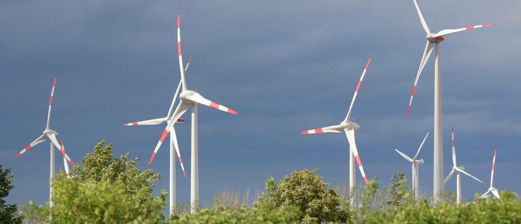 Windkrafträder: Die Mittel in nachhaltig anlegenden Fonds wachsen aktuell rasant, beobachtet der BVI.|© imago images / blickwinkel