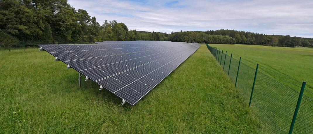 Solarpark im Unterallgäu: Wenn Anleger auf einzelne, als nachhaltig geltende Branchen setzen, gehen sie ein hohes Risiko ein, sagt Helge Peukert. Eine zu breite Streuung findet der Ökonomie-Professor allerdings auch nicht gut. |© imago images / MiS