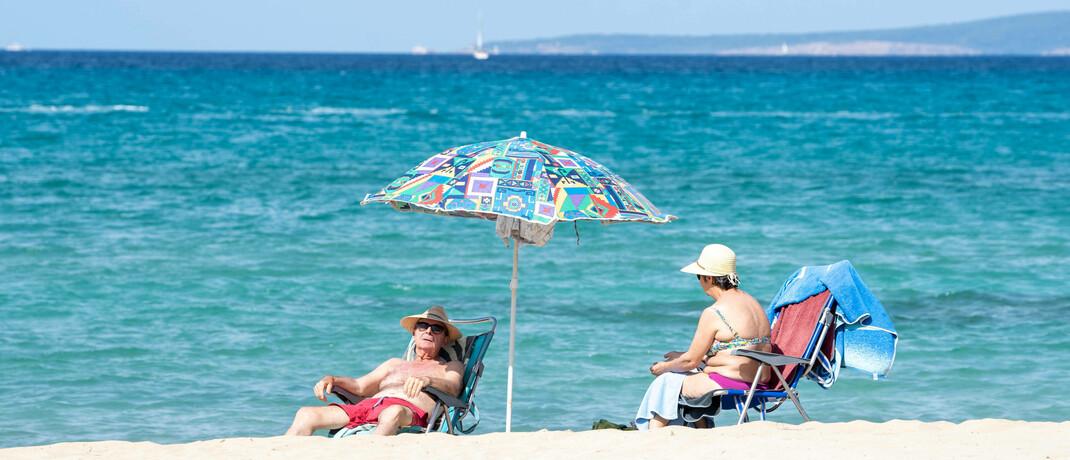 Älteres Paar am Strand: Bei der Erbschaftsplanung sollte die Steuerseite stets mitberücksichtigt werden.|© imago images / Chris Emil Janßen