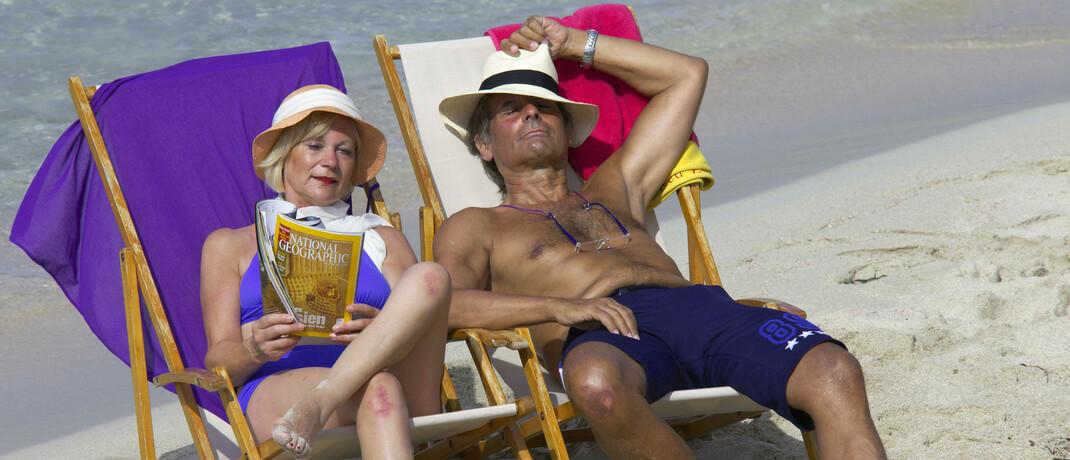 Seniorenpaar am Strand von Ibiza: Viele langjährig gesetzlich rentenversicherte Arbeitnehmer nutzen die Möglichkeit, mit 63 Jahren abschlagsfrei in Rente zu gehen. © Imago  / McPHOTO