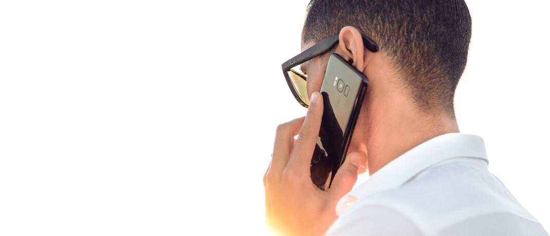 Mann mit Smartphone: Die Münchner FIrma Mifid-Recorder bietet Aufzeichnen und Speichern von Kundentelefonaten an. Finconomy hat jetzt eine Minderheitsbeteiligung an den Münchnern erworben.