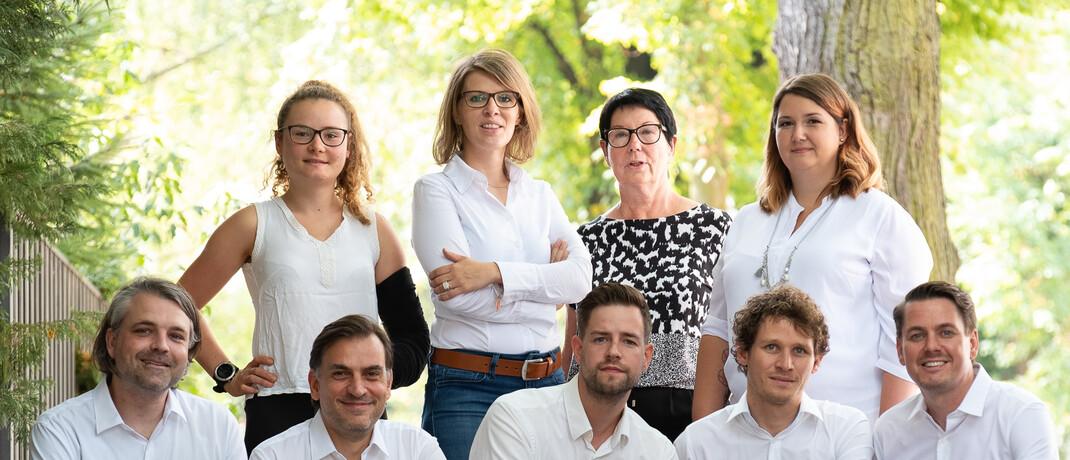 Anja Glorius (2. von links, stehend), Gründerin von KV Optimal, mit ihrem Team