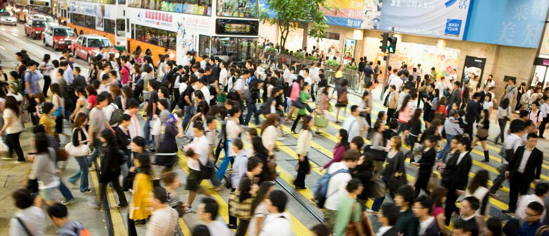 Fußgänger in Hongkong: In China sind die Menschen Datenanalysen zufolge fast wieder so viel unterwegs wie vor der Krise.
