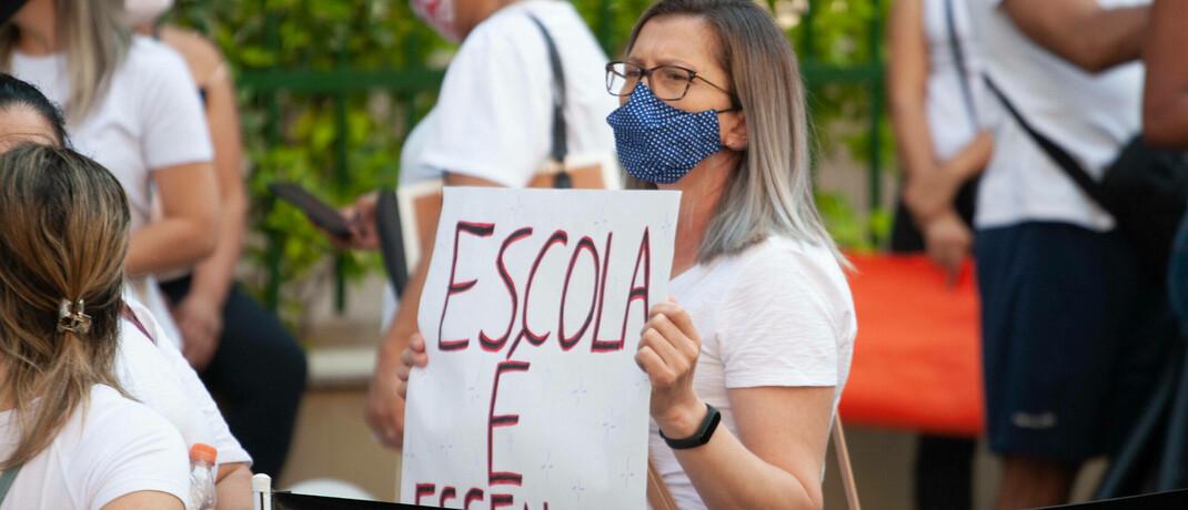 Lehrerin in Sao Paulo demonstriert dafür, wieder unterrichten zu dürfen: Covid-19 hat Bildungsinitiativen weltweit zurückgeworfen.