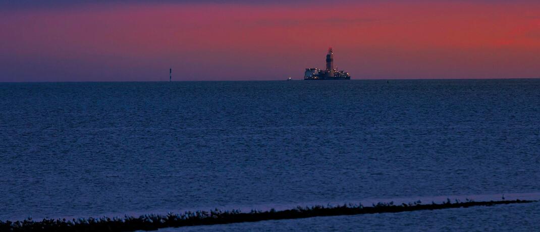 Erdöl-Bohrinsel Mittelplate in der Meldorfer Bucht: Der langjährige Super-Rohstoff Erdöl wird für die globale Ökonomie bald unwichtig, glaubt Vermögensverwalter Uwe Zimmer.