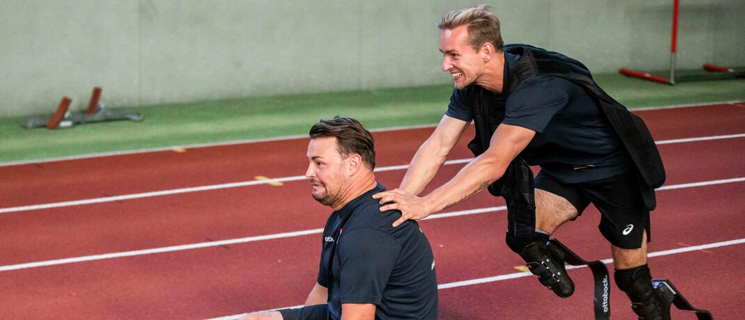 Männer mit Beinprothesem beim Sport auf einer Tartanbahn
