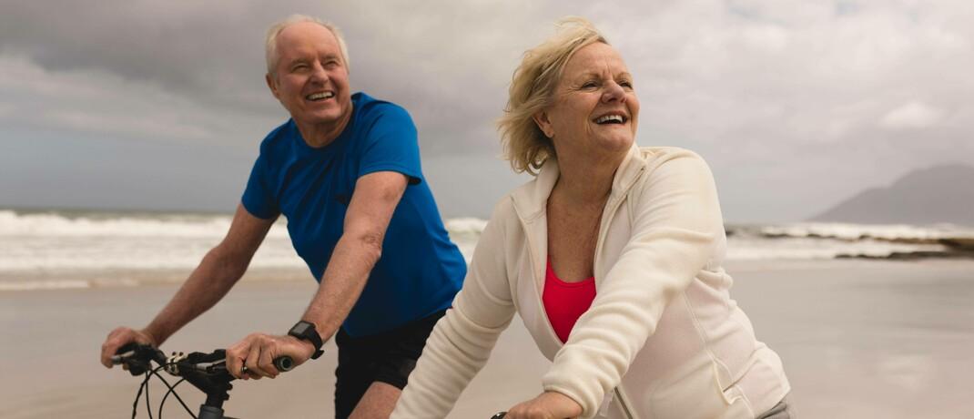 Seniorenpaar beim Radeln am Meer