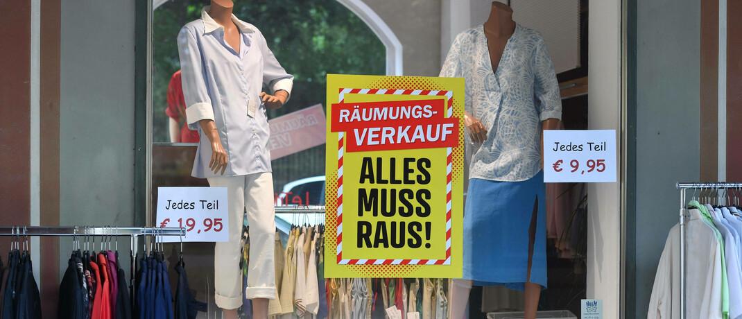 Schaufenster eines Textilgeschäfts in München mit Plakat zum Räumungsverkauf