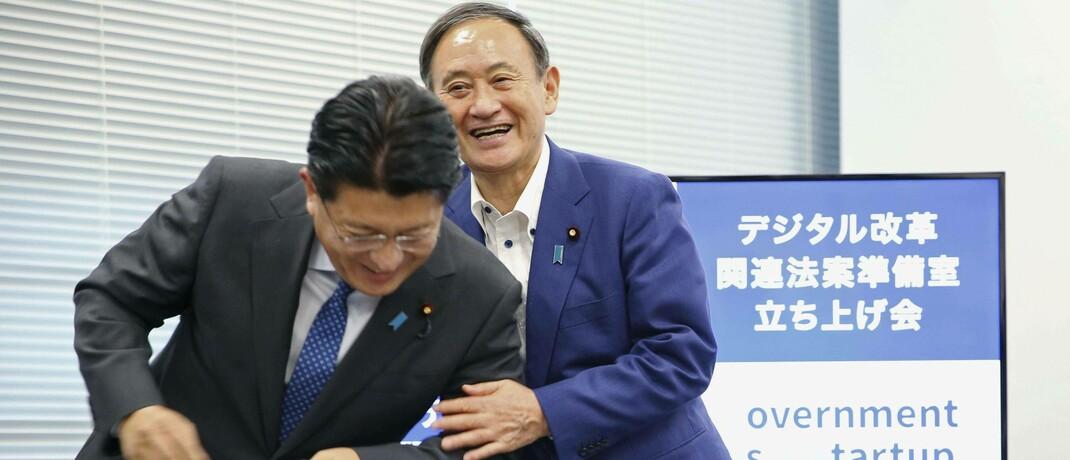 Hoffnungsträger Yoshihide Suga (rechts, hier mit Digitalreformminister Takuya Hirai: Der neue japanische Premierminister verbreitet Aufbruchsstimmung am Aktienmarkt.
