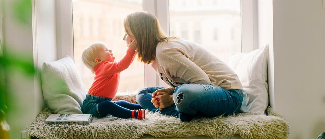 Frau mit Kind: Viele Teilzeitangestellte müssen neben ihrem Beruf noch Kinder erziehen oder Angehörige pflegen. Doch nur die wenigsten Versicherer berücksichtigen diese Tätigkeiten bei der Frage, ob Berufsunfähigkeit vorliegt.