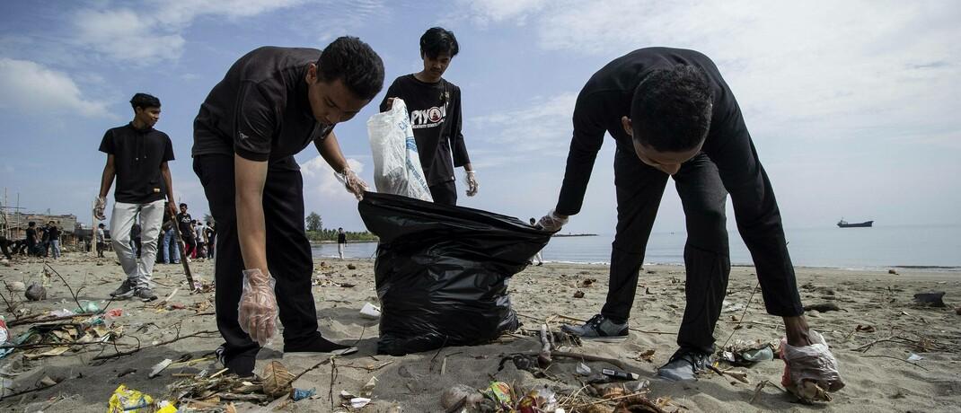 Freiwillige Helfer säubern einen Strandabschnitt in Indonesien: Das Modell der Kreislaufwirtschaft kann helfen, der Müllflut entgegenzuwirken.