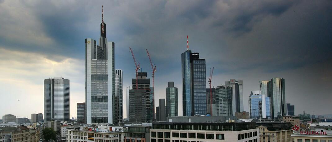Es bahnt sich ein Gewitter über dem Frankfurter Bankenviertel an