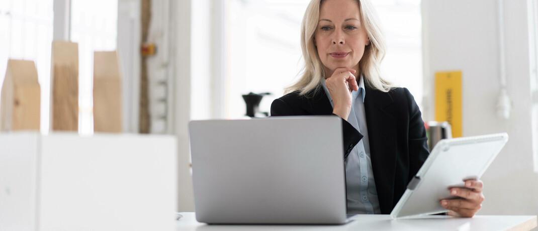 Versicherungsmaklerin am Laptop