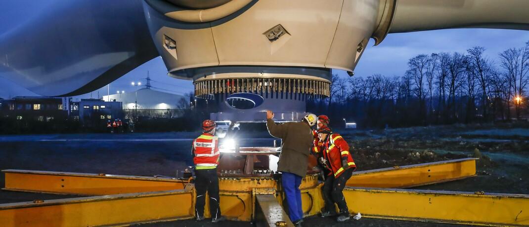 Montage des Rotorkranzes einer Windkraftanlage im Ruhrgebiet: Die EU-Kommission will die Treibhausgasemissionen bis 2030 um mindestens 55 Prozent im Vergleich zu 1990 reduzieren.