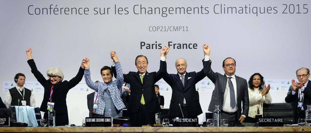 Staatsoberhäupter feiern im Dezember 2015 die gemeinsame Erklärung der UN-Klimakonferenz von Paris