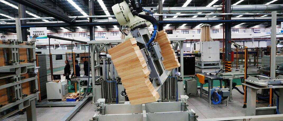 Industrieroboter in einer intelligenten Möbelfabrik im chinesischen Ganzhou