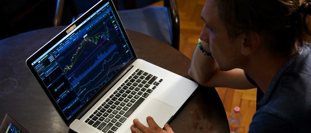 Computer-Nutzer sichtet den Kapitalmarkt
