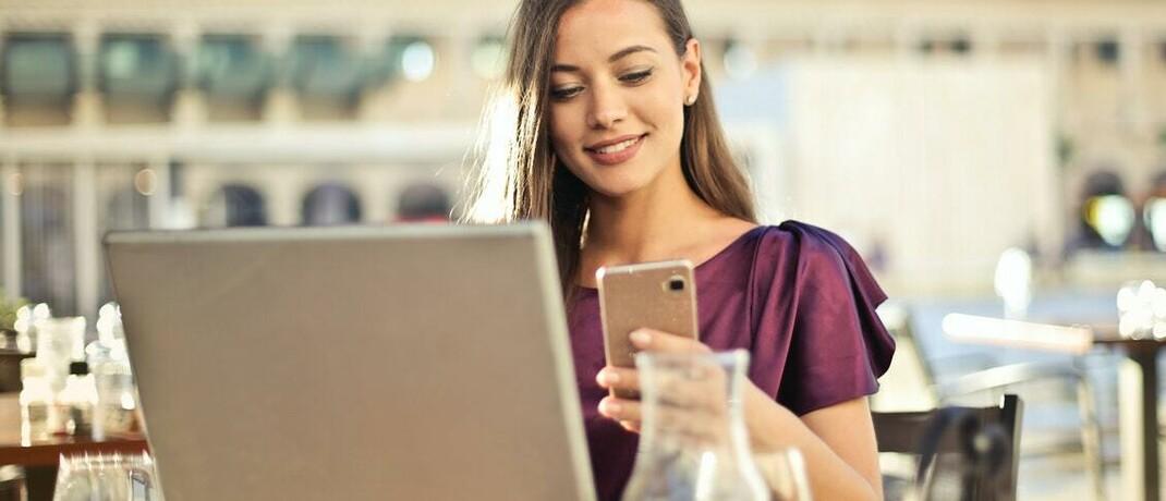 Vertragsabschluss per Smartphone und Laptop