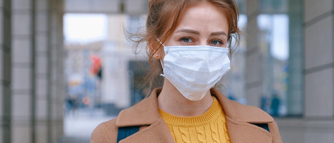 Frau mit Mundschutz
