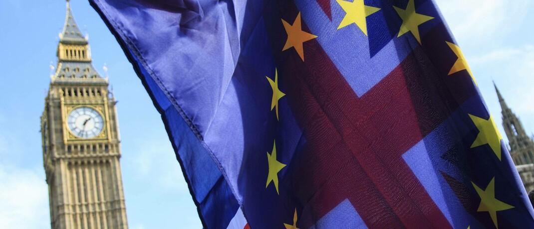 Flaggen der EU und Großbritanniens vor dem Big Ben