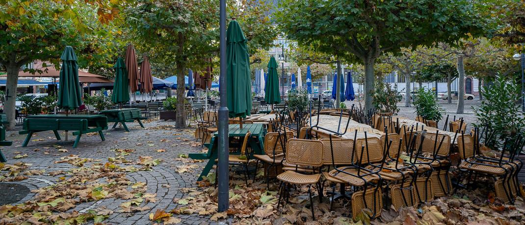 Gestapelte Stühle eines Frankfurter Lokals im Herbst