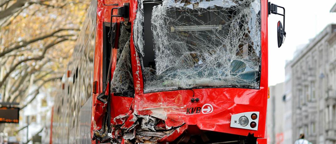 Zwei Straßenbahnen stießen am Montagmorgen in Köln frontal zusammen.