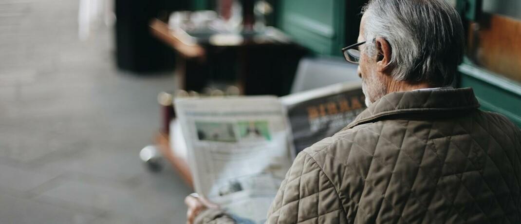 Zeitungsleser im Seniorenalter