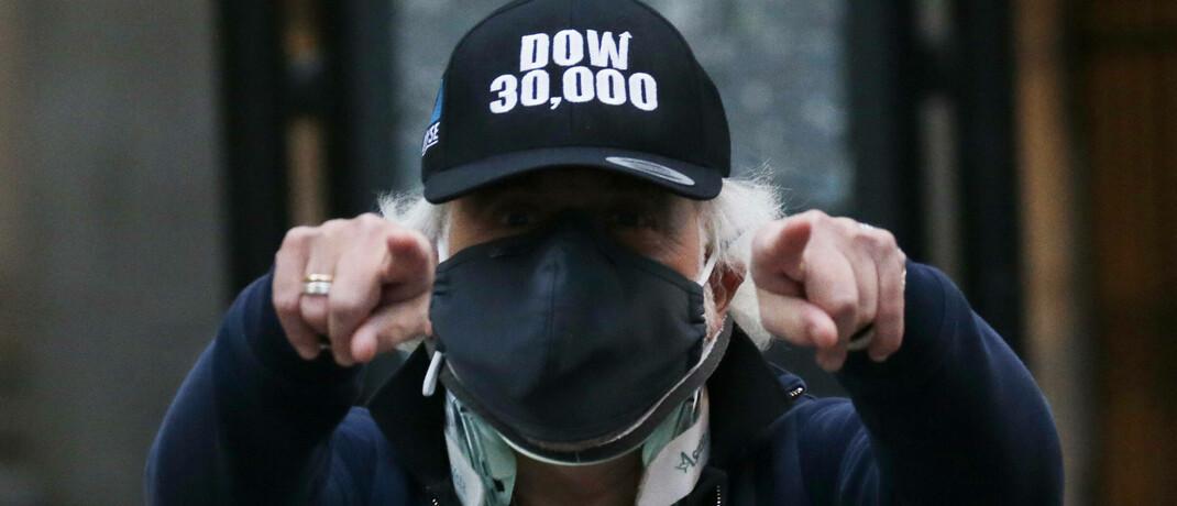 New Yorker Händler verlässt die Börse, nachdem der Dow Jones Index zum ersten Mal die Marke von 30.000 Punkten geknackt hat
