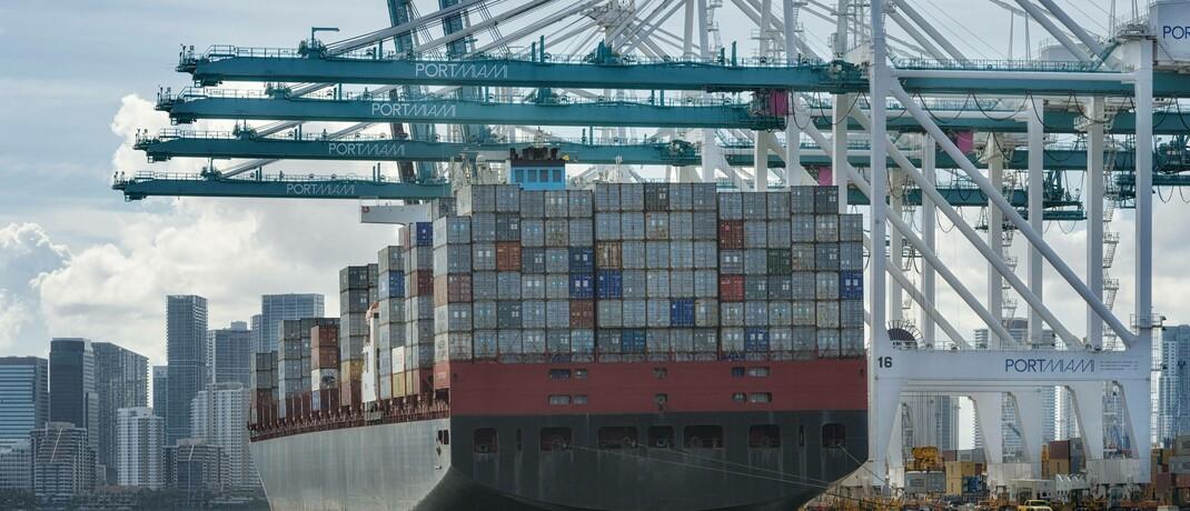 Containerschiff im Hafen von Miami