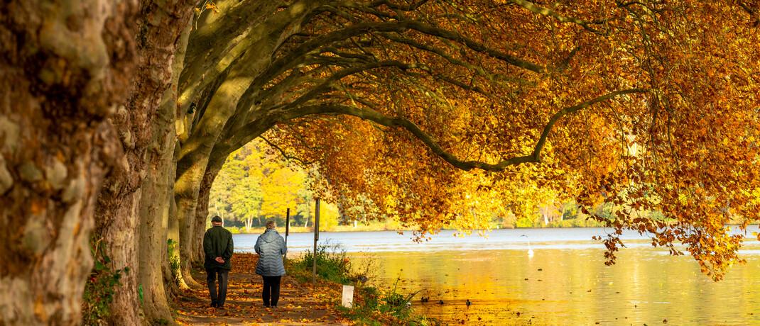 Älteres Paar spaziert am Baldeneysee in Essen