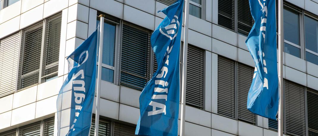 Allianz-Flaggen vor dem Bürogebäude in München