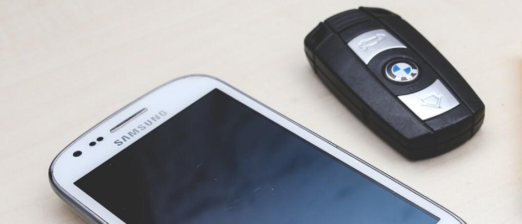 Smartphone und Autoschlüssel