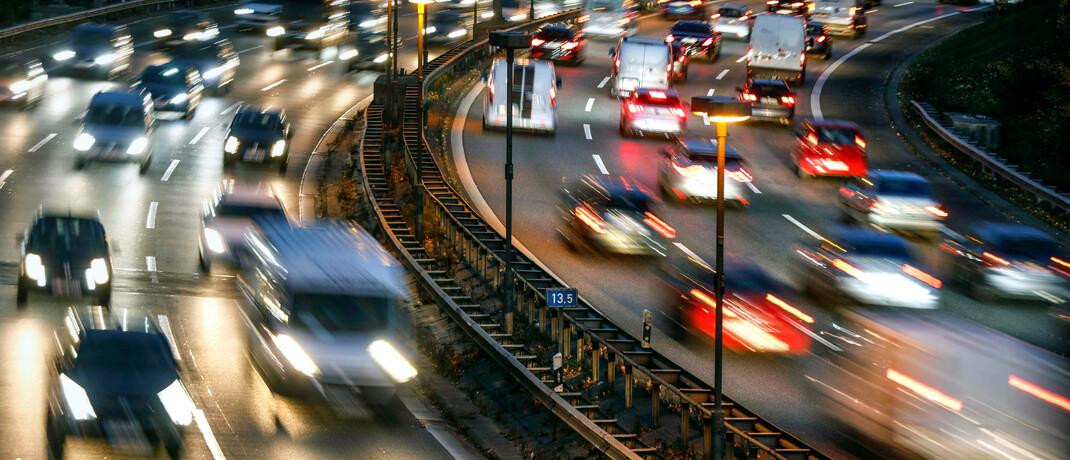 Dichter Verkehr auf der Autobahn bei Berlin