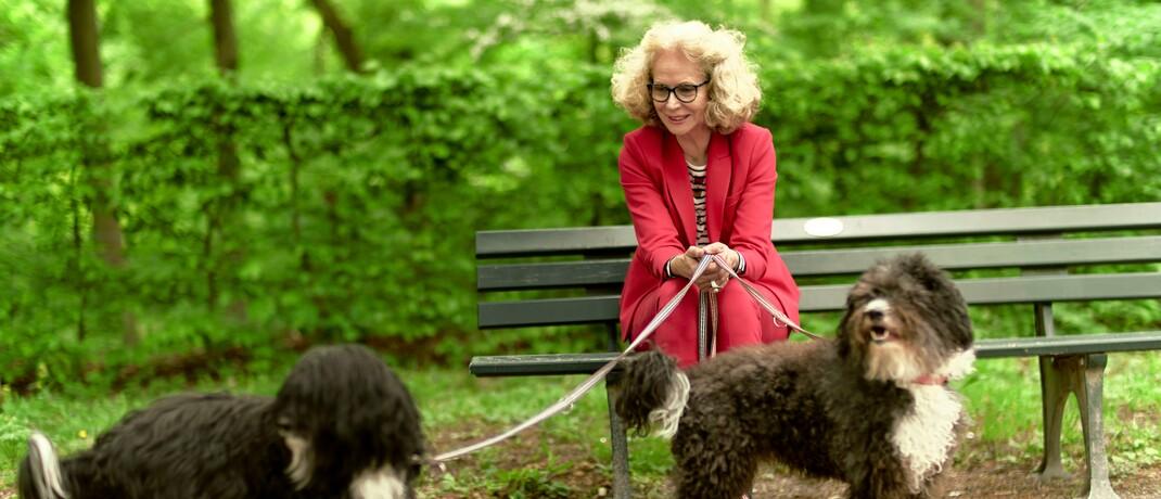 Ältere Dame auf einer Parkbank