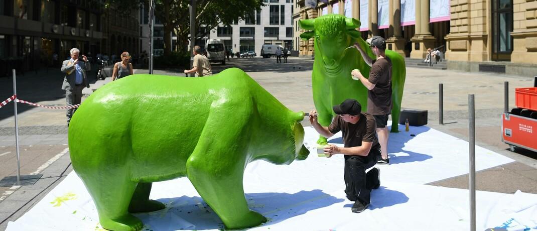 Bär und Bulle vor der Frankfurter Börse werden grün