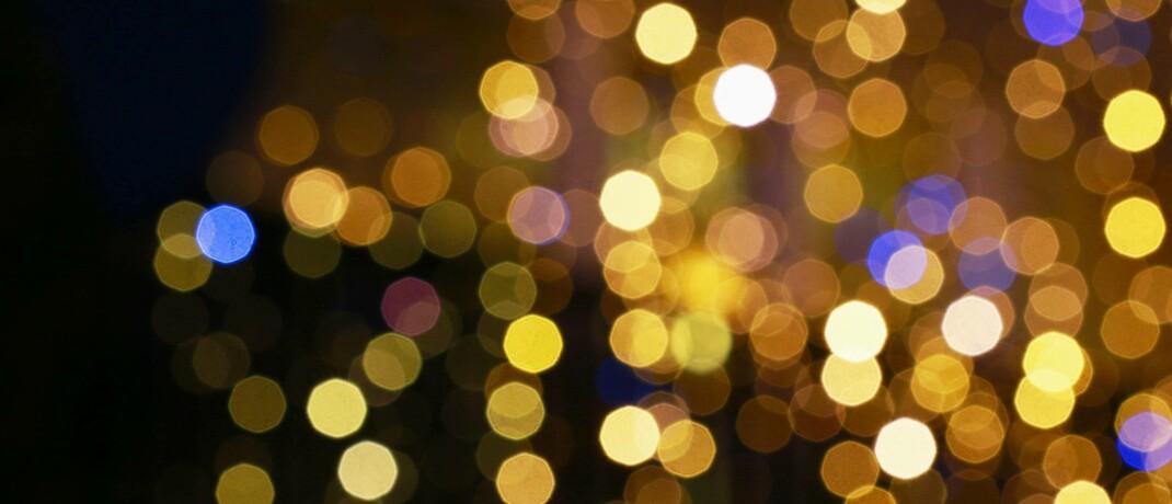 Goldfarbene Reflexe einer Weichnachtsbeleuchtung