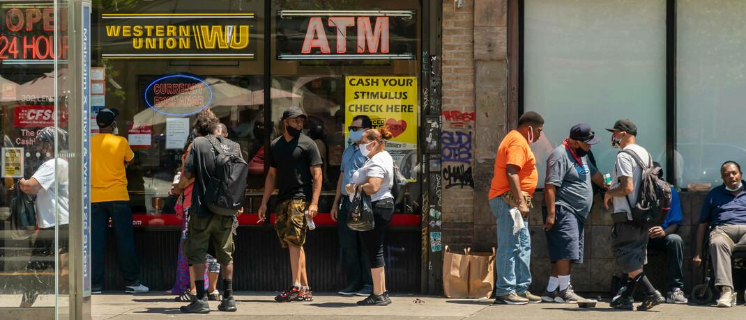 Bewohner des New Yorker Stadtteils Harlem wollen ihre Hilfs-Schecks einlösen
