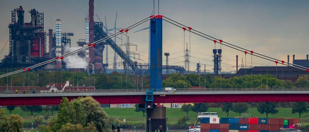 Stahlwerk und Rheinbrücke bei Duisburg