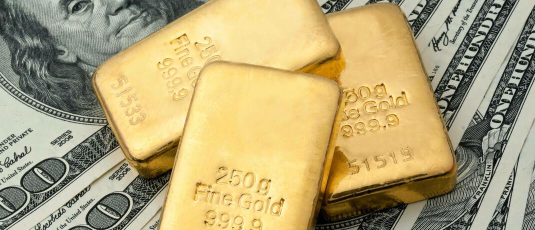 Goldbarren und US-Dollarnoten