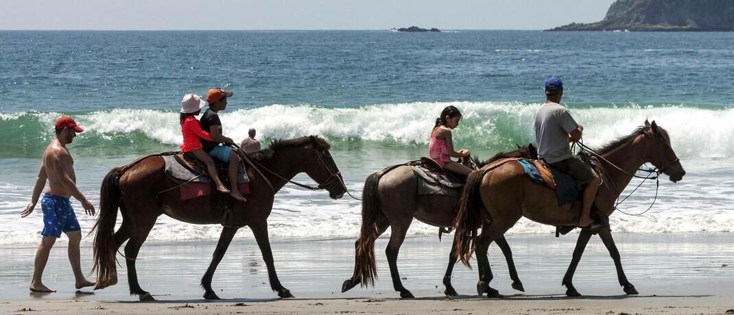 Ausritt für Kinder an einem Strand von Costa Rica