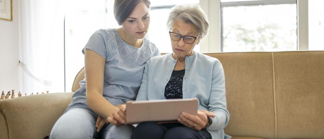 Zwei Frauen unterschiedlicher Generationen mit iPad